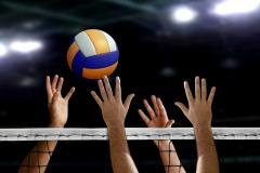 Photo de mains tendues vers un ballon de volley ball